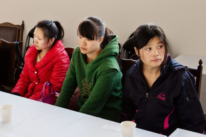 Liu Hongmei (à dir.) deixoua right, and other foreign-born workers at a temporary dorm they were staying at after losing their jobs in Hashima, Japan, Dec. 2, 2016. Legally, the time Liu spent ironing and packing womenÕs wear in Japan is considered Òtraining,Ó though she says she learned only hardship. ÒMy image of Japan,Ó Liu said, Òwas that it was a good country.Ó (Ko Sasaki/The New York Times)